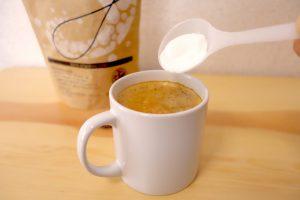 オリゴ糖をコーヒーに入れている写真