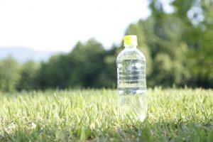 水のペットボトルを持ち歩いている写真